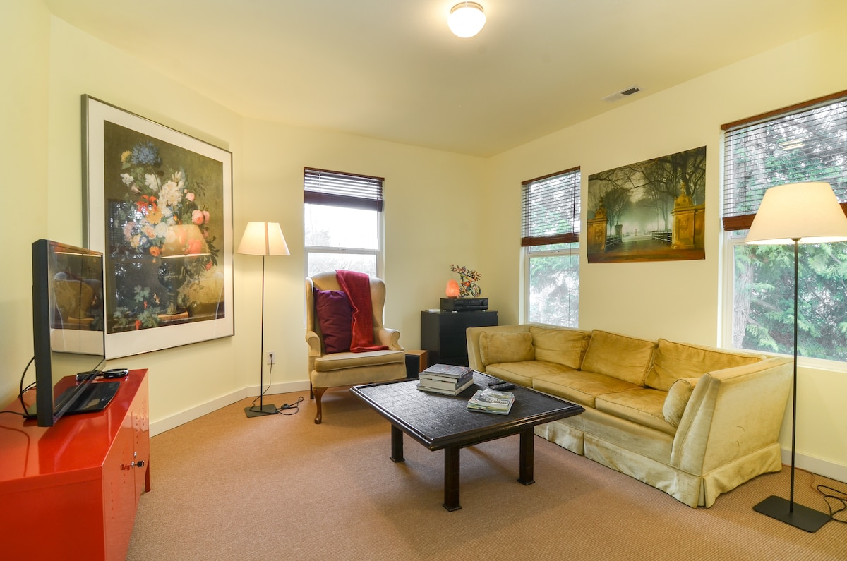 Lovely 2BR Central, quiet, parking!