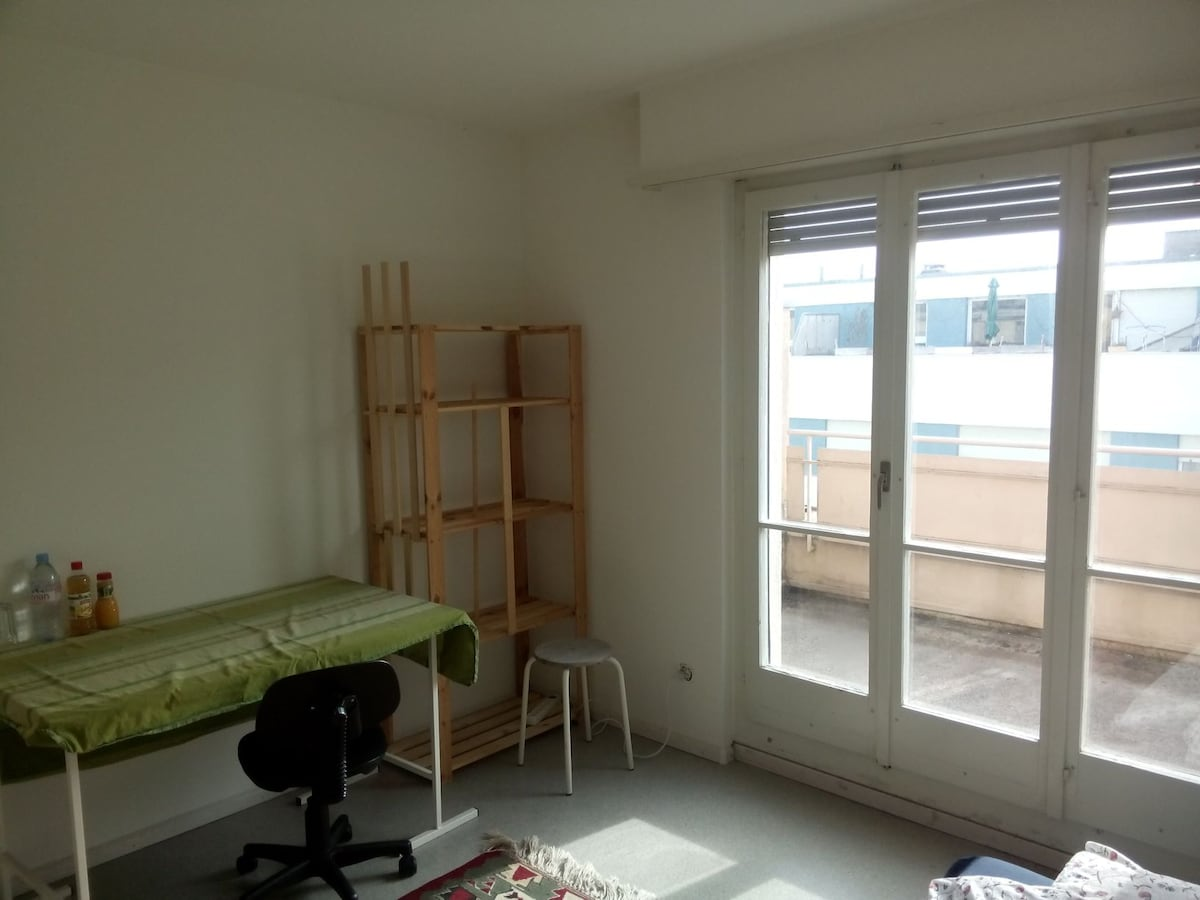 Sunny room close to airport&railway