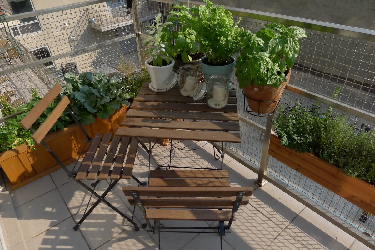 Enjoy summer in New York in the edible, urban garden. Basil, mint, and more—help yourself!