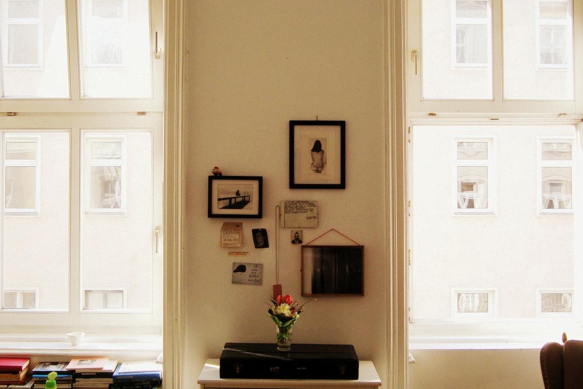 Quiet & arty room near center...