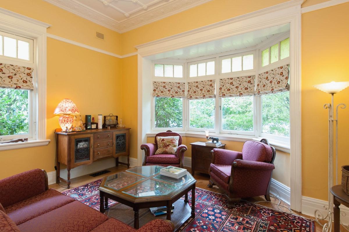 Spacious room in cosmopolitan area