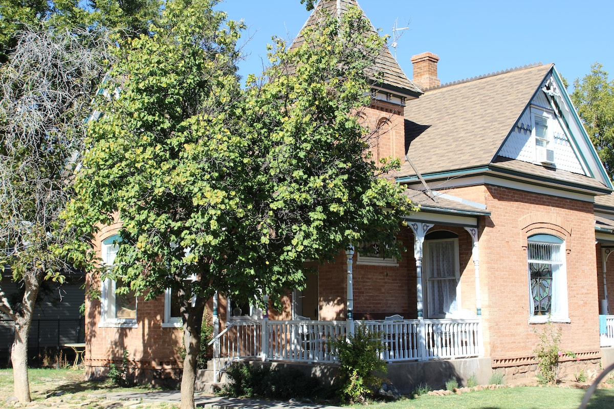 Zion Historic Victorian Home NW Rm.