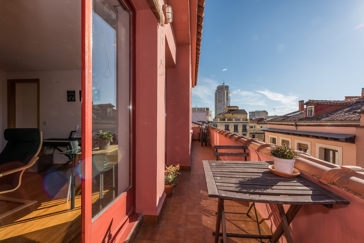 Beautiful Central Apt with Terrace!