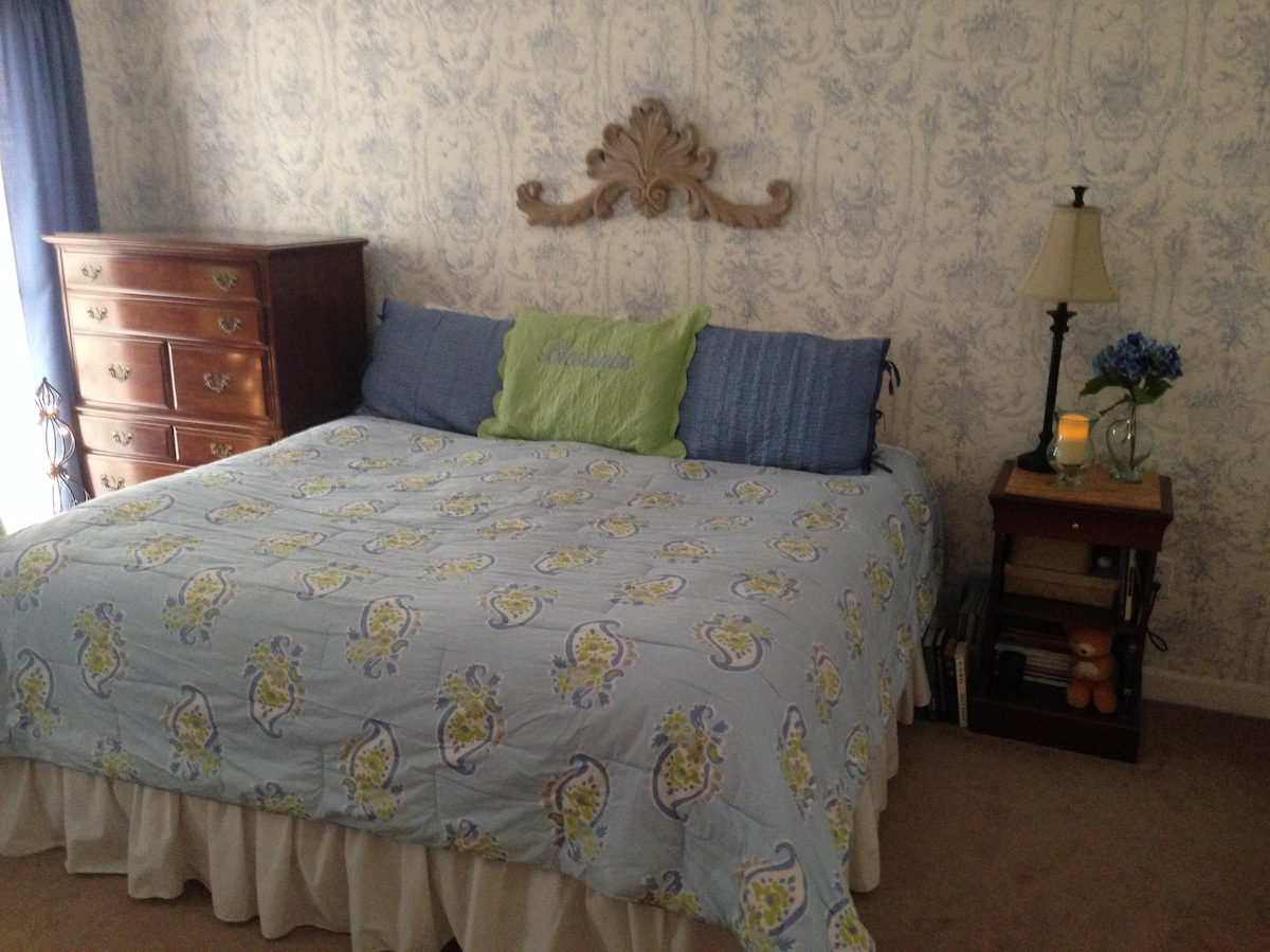 A Cozy Romantic 10 min. from IOP