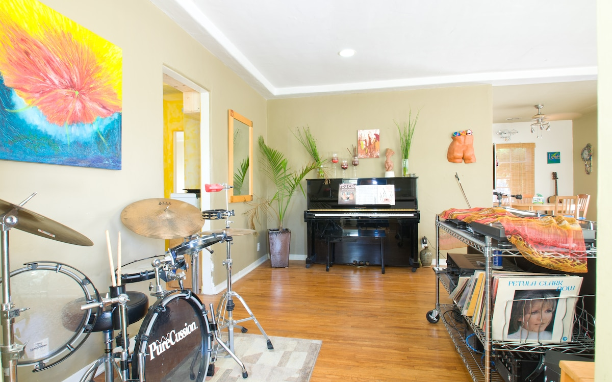 Entry to living room, you are welcome to play any instrument