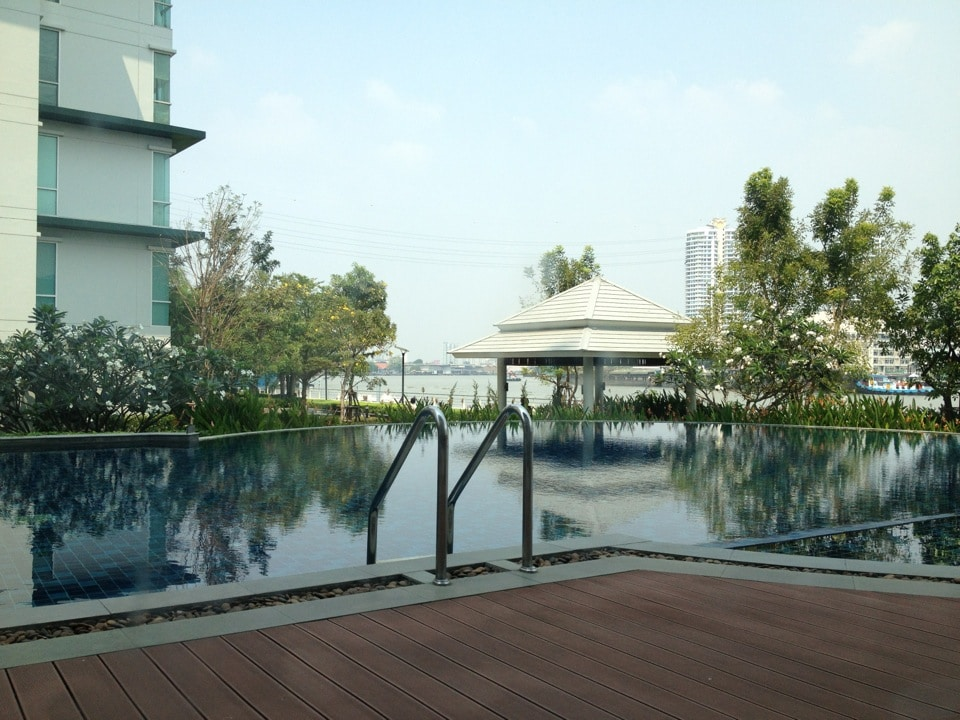 Infinity edge swimming pool and Jacuzzi