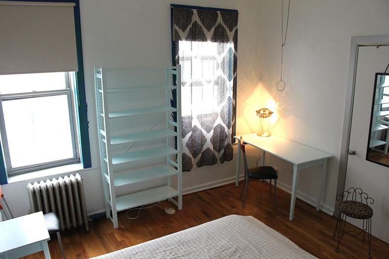 Large Sunny Williamsburg Room