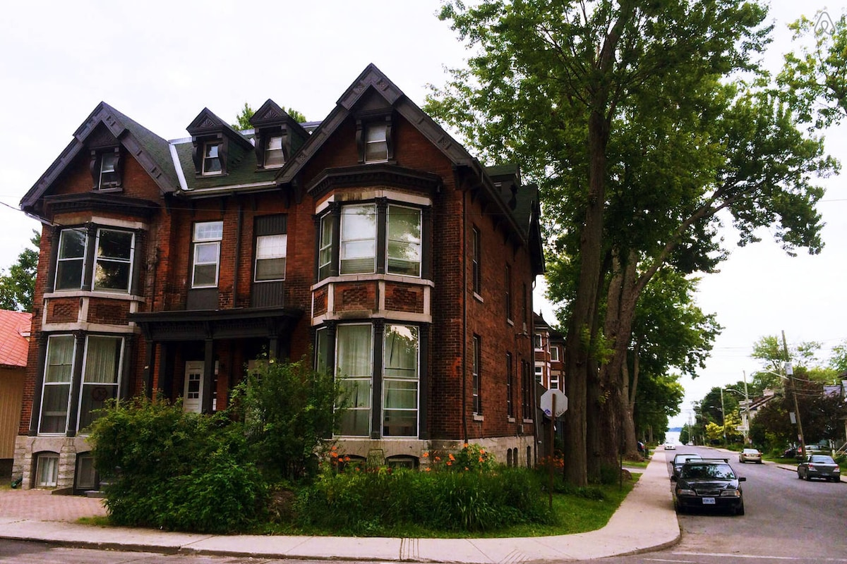 Apt in Victorian Home, Historic DT