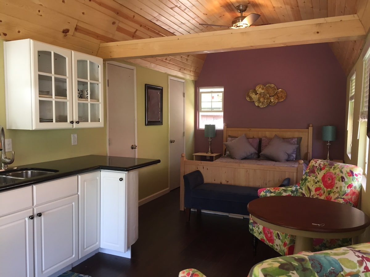 Newly renovated backyard cottage!