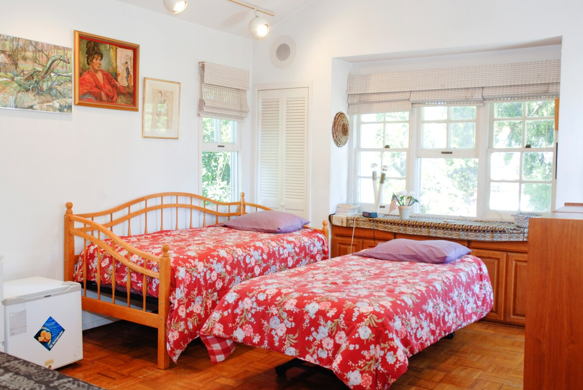 Guest bedroom with 2 beds