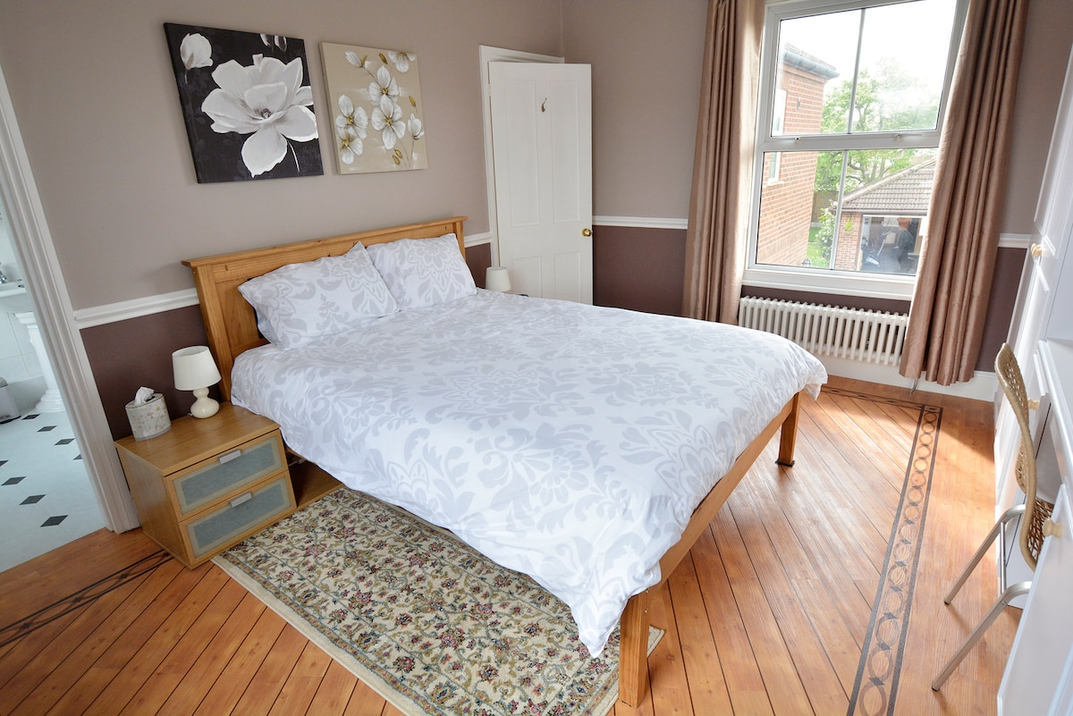 Large double room /private bathroom