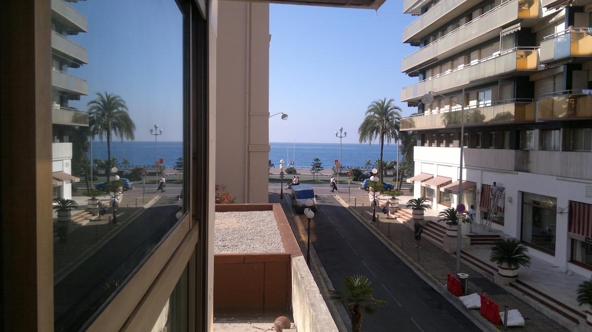 Vue sur la Mer depuis la fenêtre