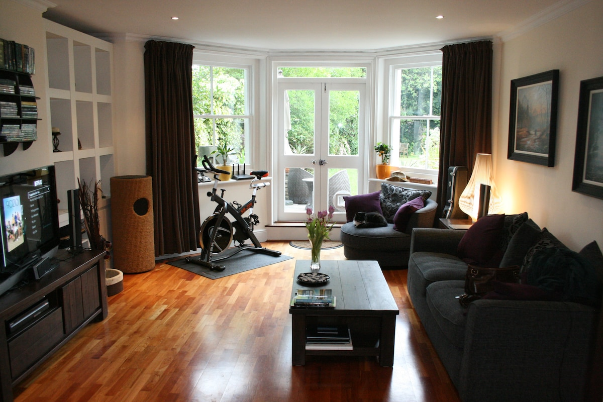 Private room in spacious conversion