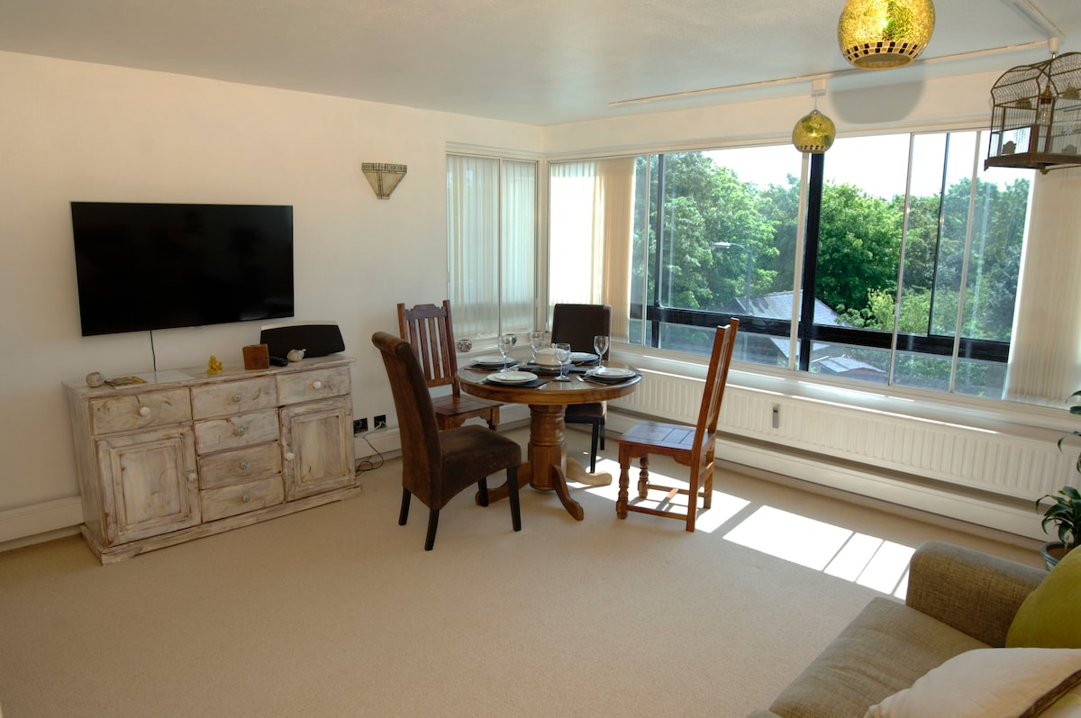 Bright, spacious two bed apartment
