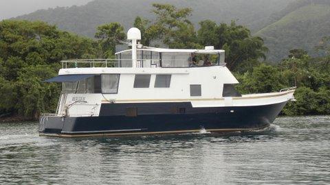 barco tipo trawler, casa flutuante