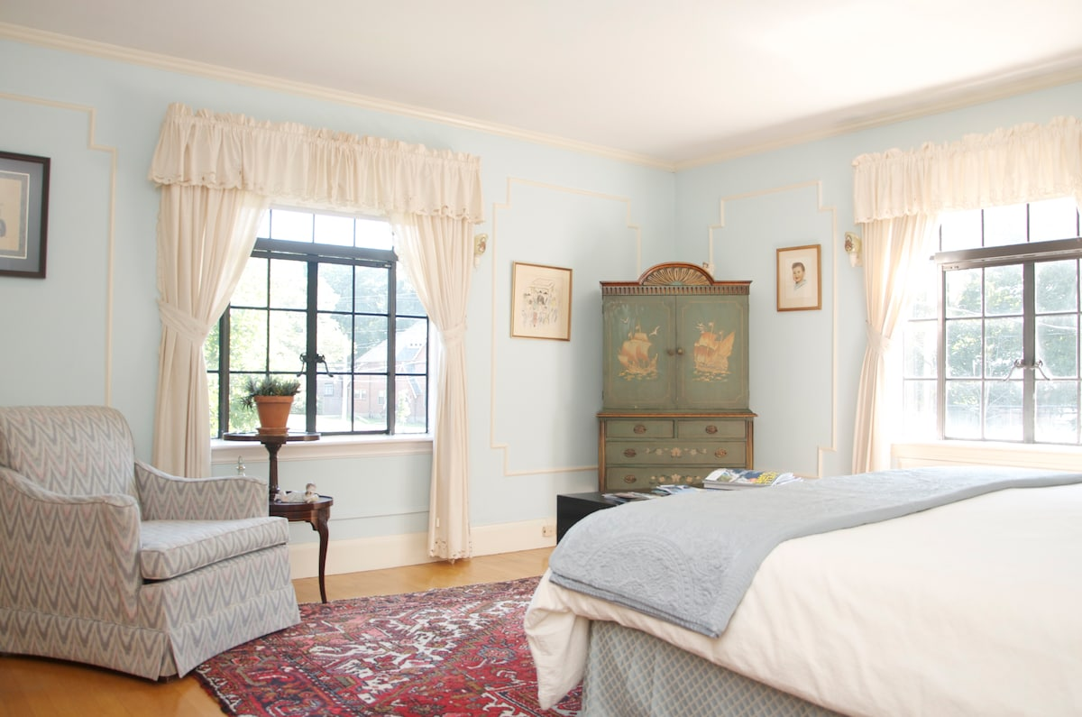 Main sunny guest room, with king bed