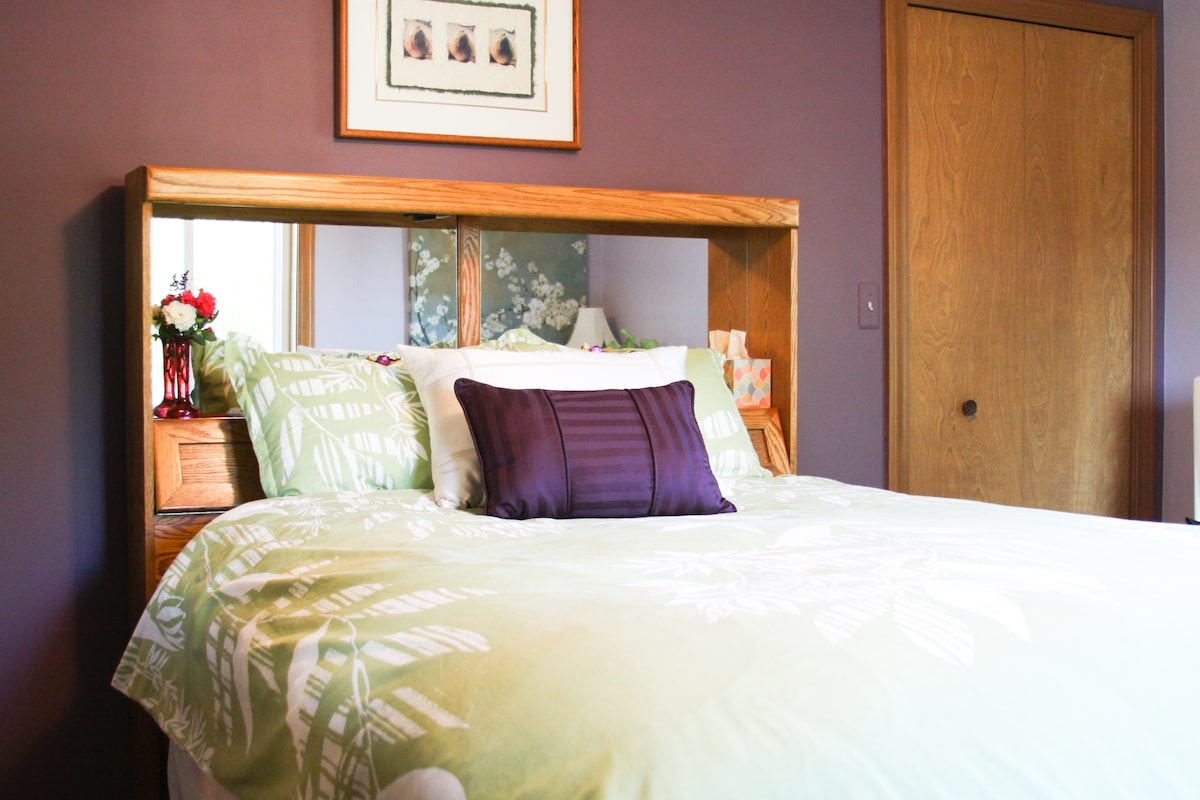 Comfy, cozy queen bed. 100% Cotton sheets and pillows.