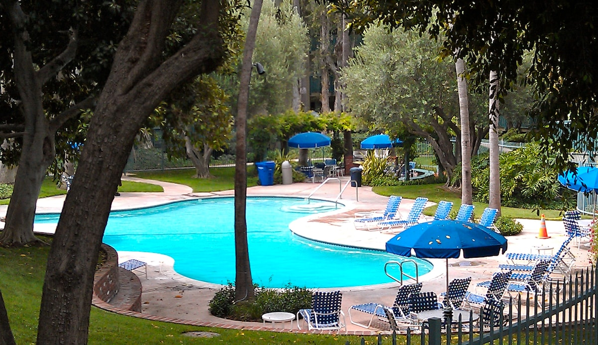 Welcome to California.  The heated swimming pool is surrounded by lush foliage, a large jacuzzi, gas BBQs, and a clubhouse with fully equipped gym and saunas.