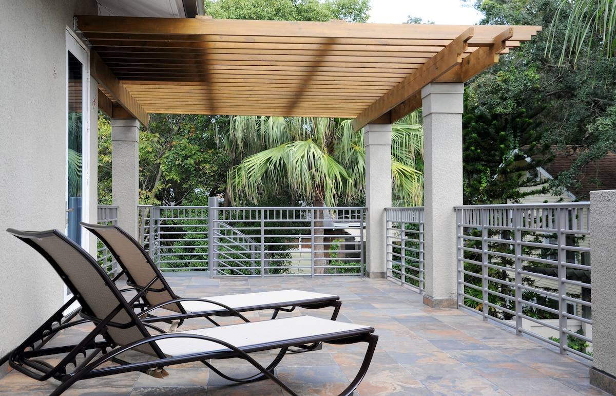 SUN BALCONY OVERLOOKING THE POOL AND THE AVIARY