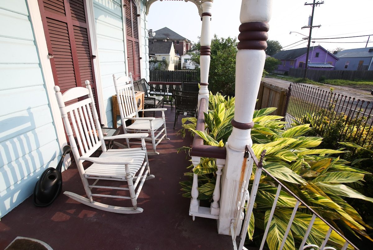 Four rocking chairs on the front porch now. Nice neighbors.