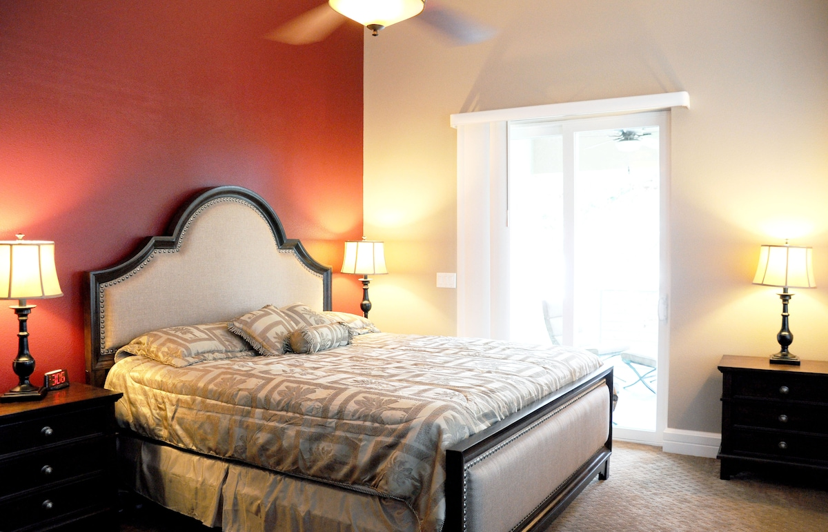 Large en-suite king size bedroom w/ covered balcony overlooking the river