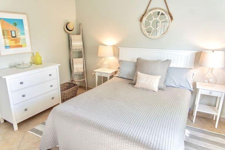 Queen size bed in guestroom II