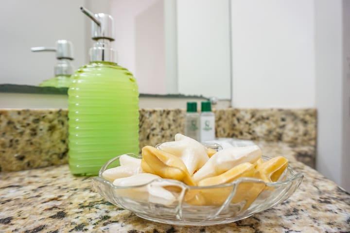 Itens básicos disponíveis no banheiro.