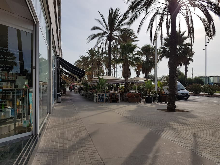 el piso esta ubicado cerquita de las playas, restaurantes y hoteles de moda de Barcelona