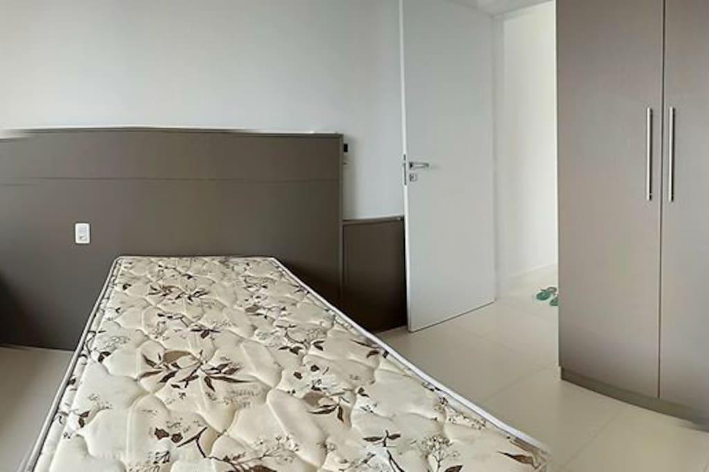 Quarto suite com 2 camas box de solteiro(podendo ser de casal), e duas camas auxiliares, com roupeiro e cabides. o outro quarto também e suite e com cama box casal e roupeiro com cabides.
