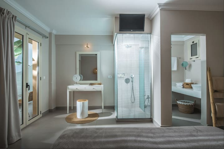 Deluxe Mini Suite Sea View Shared Pool(A10)+BB