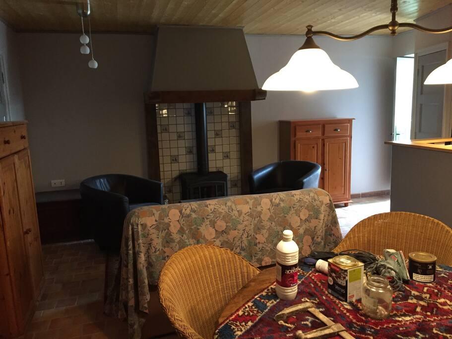 Een impressie van de kamer met open keuken