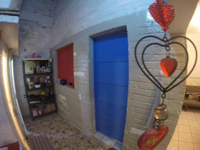 Esta es la entrada a tu habitación, justo frente al baño.