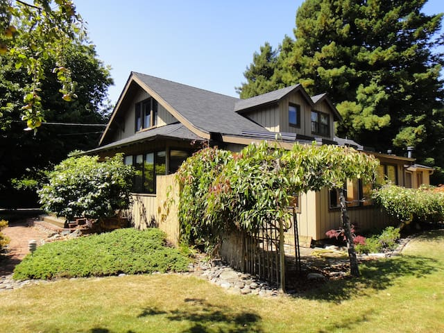 Spacious & Comfy house near Zoo, Redwoods, Gardens