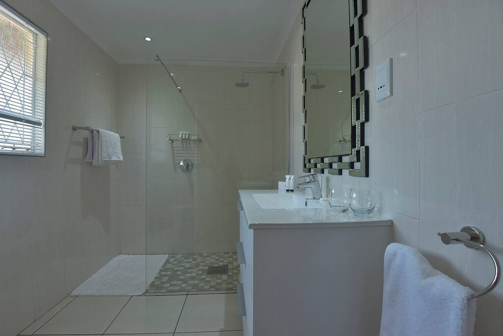 Ensuite Bathroom - Loerie Suite