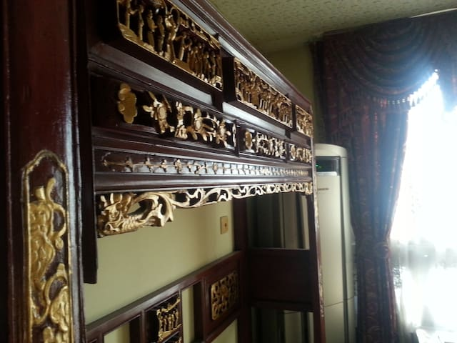Second floor' classic chinese suite; Carved wooden bed frame。 二楼经典中式套房; 实木雕花床架