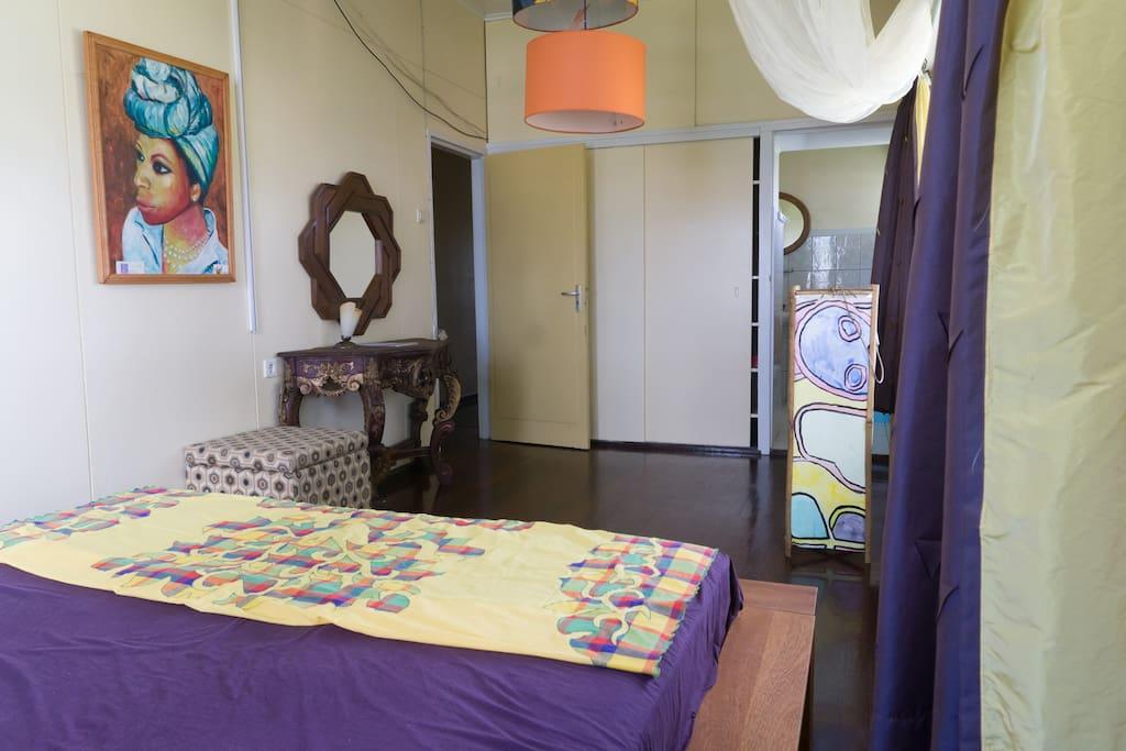 Heritage room met queen size bed