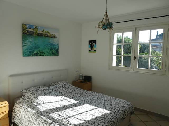 Au 1er étage, Chambre 1, votre chambre avec lit 160x200, chevets, bureau, chaise, armoire et bibliothèque