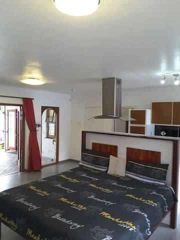 Newly renovated in very quiet area. - Cape Town - House