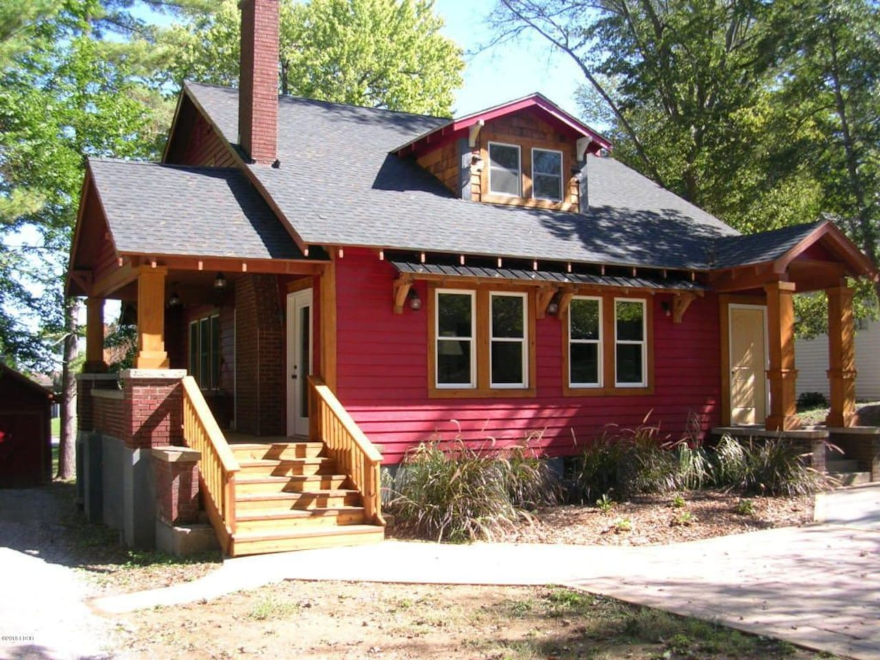 Newly remodeled Rustic town home. This home is located in Vienna on a quiet street, near the historic town square. It is a short drive or walk to the local restaurants. A huge plus is, the Shawnee national forest surrounds this area!