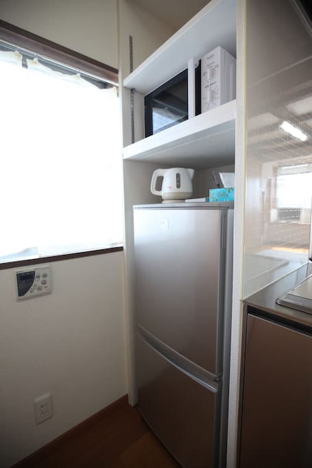 It is equipped with a refrigerator, microwave oven, kettle. 冷蔵庫・電子レンジ・ケトル完備しています。