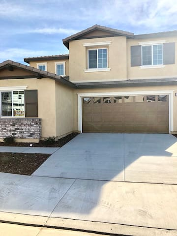 Temecula valley Single family home located in the new community of Lake Elsinore near stores and freeway access
