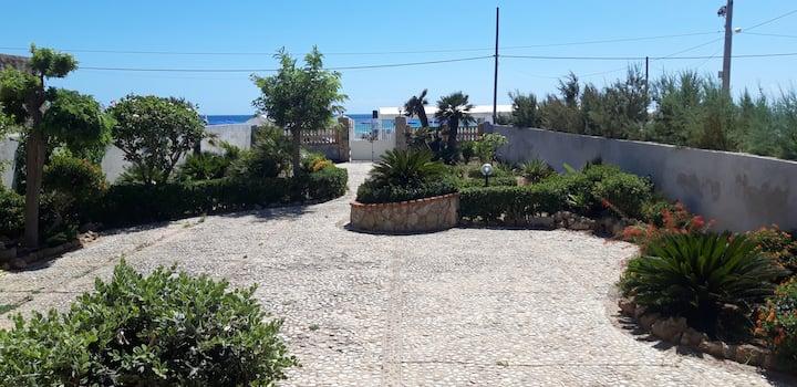 VILLA DI FRONTE AL MARE-HOUSE IN FRONT OF THE SEA