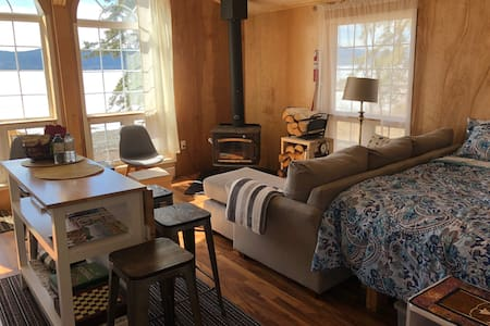 Waterfront Cabin, sauna & wall tent, Whitehorse