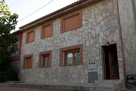 Casa rural en Valle Iruelas, a 200 m del Burguillo - Ávila - Отпускное жилье