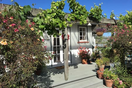 Fig Tree Cottage - Secluded, Convenient, Personal - Martinborough