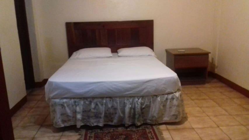 cama queen con mesa de noche