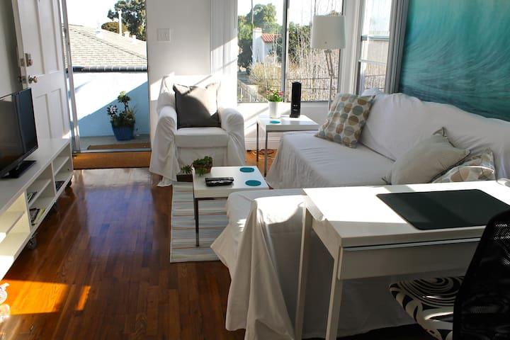 Cozy Apartment wParking 2 Blocks 2 Beach SUPERHOST