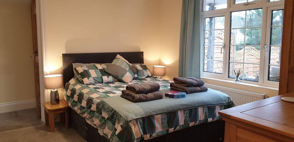 Gorgeous bedroom with en suite close to M4 & Bath
