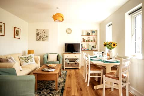 Immaculate riverside Cotswold cottage - sleeps 4-6