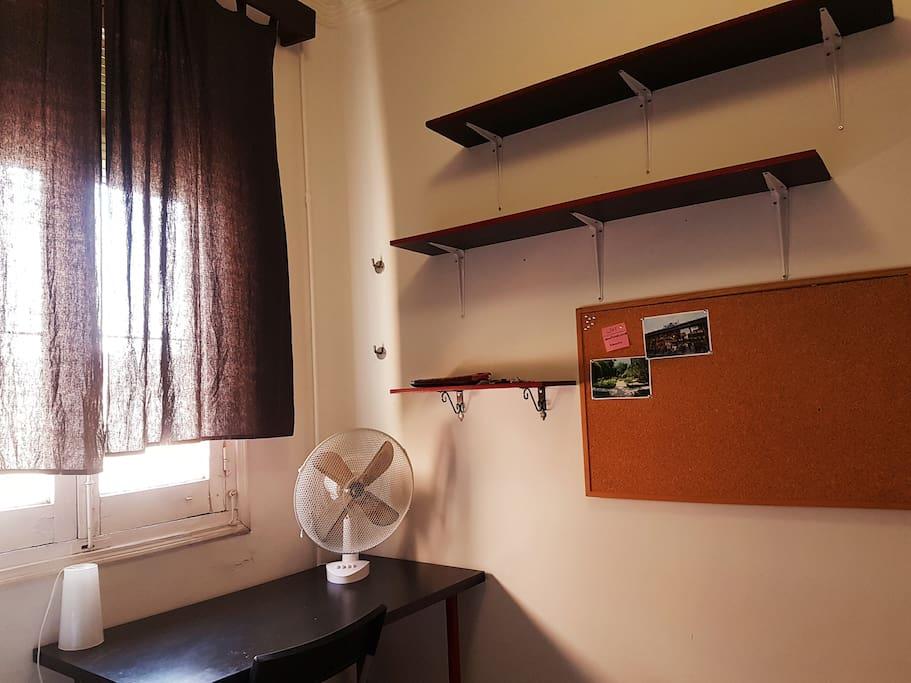 Mesa para comer, trabajar... Y estantes para colocar tus cosas